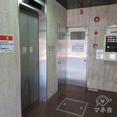 左手奥のエレベーターを使用します。