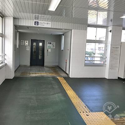 エレベーター乗り場の前を右へ進んで階段を下ります。