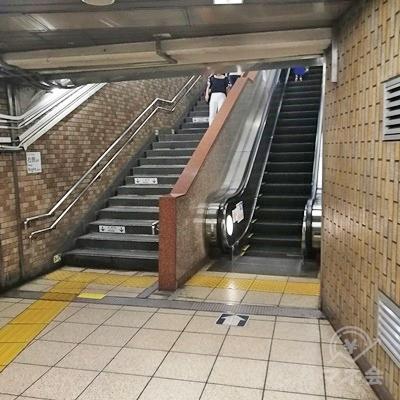 階段またはエスカレーターで地上に行きましょう。
