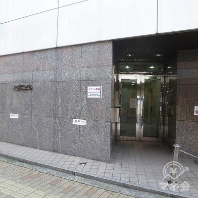 ビル入口はアイフルの看板を通りすぎ、向かって左手にあります。