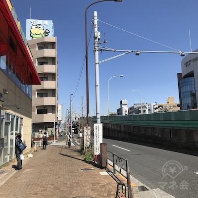 右に環七通りの立体交差、上に不動産屋のカエルの看板が見えます。