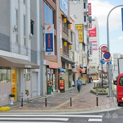 横断歩道を渡り、すぐ左手に目的地建物があります。