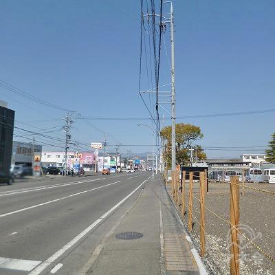 大通り沿いに500m北進します。