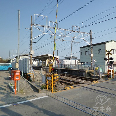 線路を挟んで上下線の出口が並んでいます。