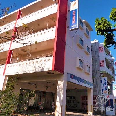 建物の1階はプロミス。2〜4階はアパートになっています。