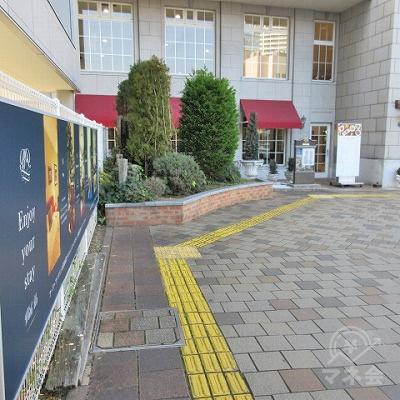 黄色の点字タイルに沿って進みます。途中、時計回りに進みます。