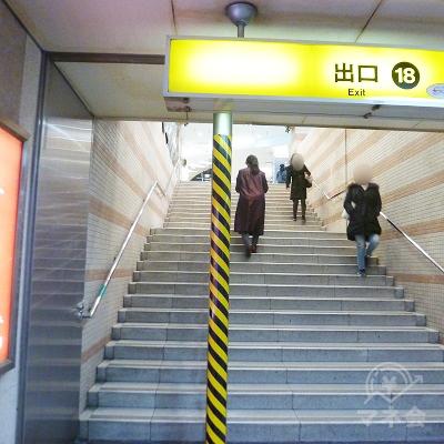 その先の階段を上がります。