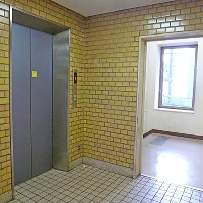 入って突き当たりにある階段かエレベーターで1階に降ります。