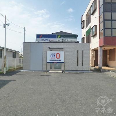駐車場の奥にプロミスの独立型店舗があります。