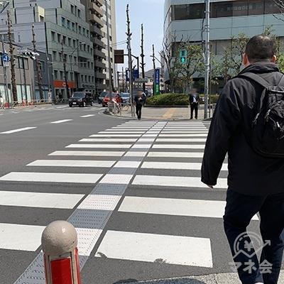 右の横断歩道を渡ります。