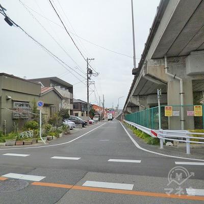 高架をくぐったらすぐに右折して、高架している道路に合流します。