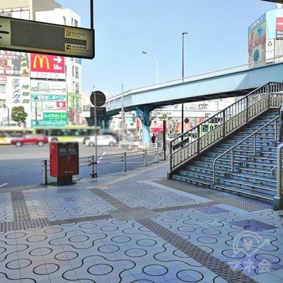 改札から見えるポストと右側にある歩道橋の間の道を歩きましょう。