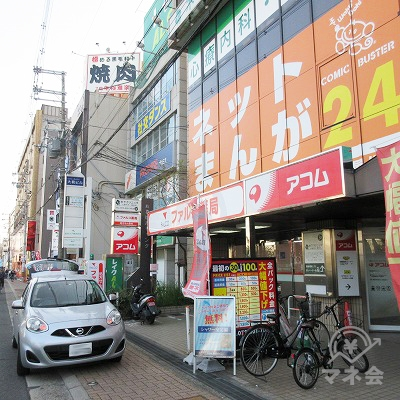 先のネットカフェの下、1階にアコムの店舗があります。