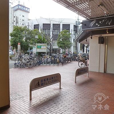 自転車乗入禁止用のボードを過ぎて、駐輪場前の歩道を歩きます。