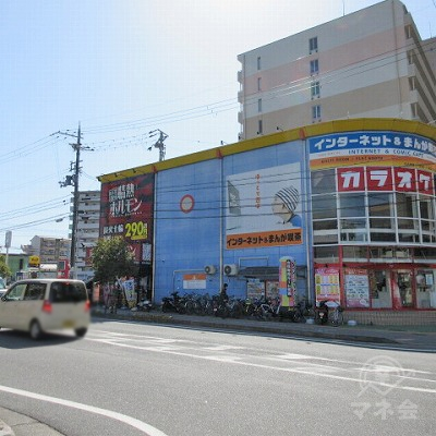カラオケと情熱ホルモンがある建物が右手に見えてきます。