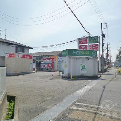 商業施設のすぐ先の駐車場の一角にアコムの独立型店舗があります。