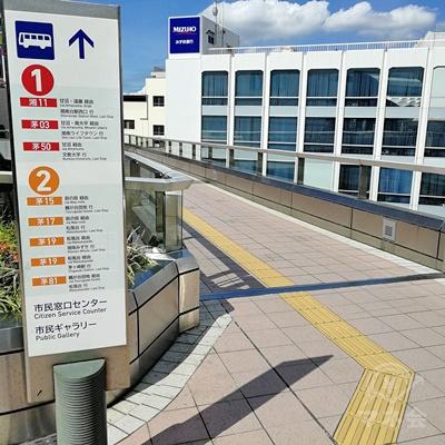 1番左の通路を歩きましょう。