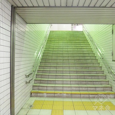 階段で地上出口に上がります。