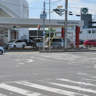 下田町南交差点で右へ曲がり、その後、横断歩道を渡ります。