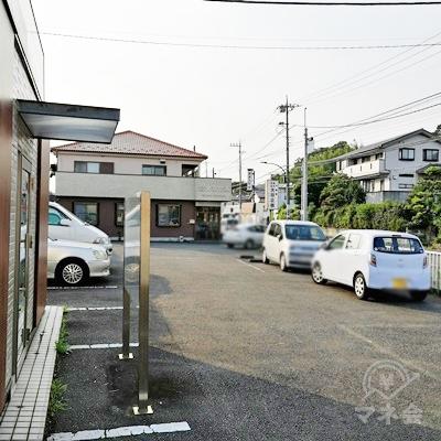 プロミス店舗前に駐車スペースが設置されています。
