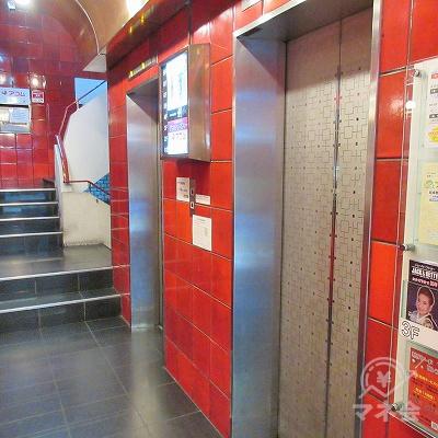 エレベーターまたは奥の階段で2階へ上がります。