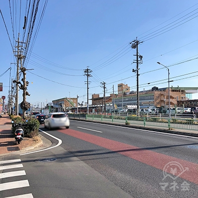 右手に名古屋競馬場を見ながら、約700m直進します。