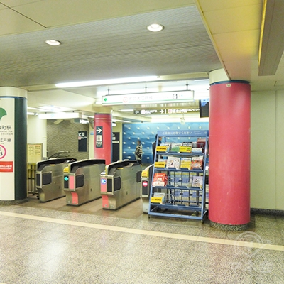 写真は大江戸線改札です。出て右側に進み、東西線改札の前を通ります。