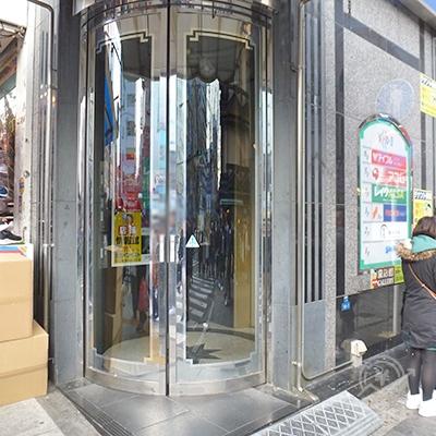 ビル入口は御堂筋の歩道と繁華街の角にあります。左は靴屋です。