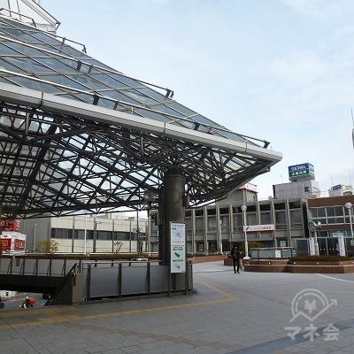 駅ビルを出て、ガラス屋根モニュメントの右方向へ進みます。