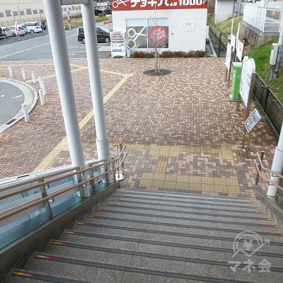 地上に出たら、歩道を左方向にUターンします。