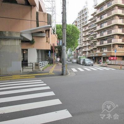 横断歩道を渡り、直角に進みます。