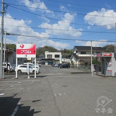 敷地の奥にアコムの店舗があります。