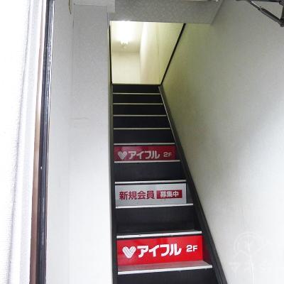 扉を開けると2階に上げる階段です。