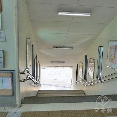 改札を抜けたら、階段を地上へ下ります。