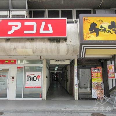 店舗横の通路から建物に入ります。