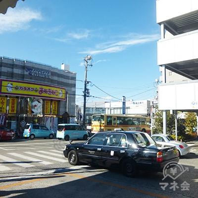 バス乗り場の端、右手の横断歩道を渡ります。