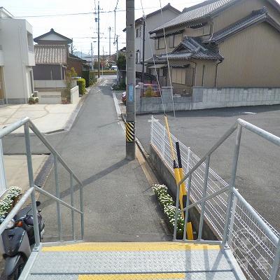 下りホームの中ほどにある小さな階段から駅を出ます。