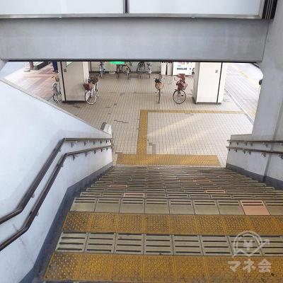 西出口のサインがあります。この階段で地上に下ります。