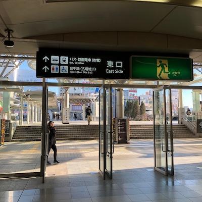 豊橋駅の東口(2階にあります)を出て右折します。