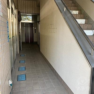 エレベーターまたは階段で2Fヘ上がりましょう。
