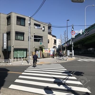 一之江不動産の前の横断歩道を渡ります。