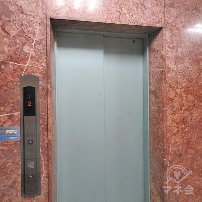 エレベーターで6階にあがります。