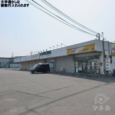 看板がある同敷地内にプロミスの店舗があります。