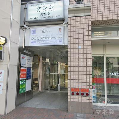 先の高架下に建物入口があります。