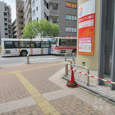 西日本シティ銀行の角で、右に曲がります。