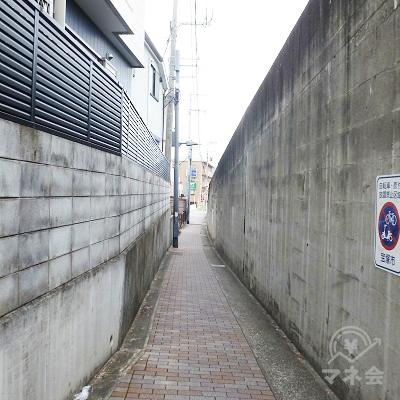極端に狭くなっている所があります。注意して通行して下さい。