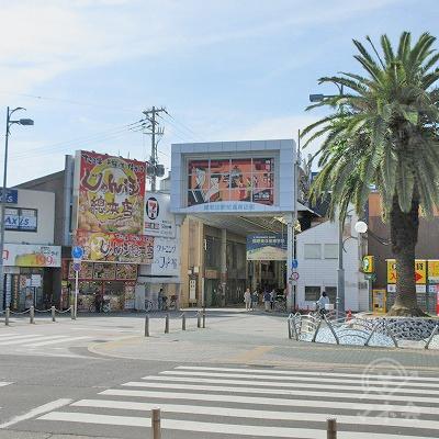 駅外に出て、正面左の岸和田駅前通商店街を進みます。