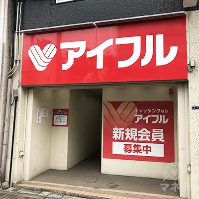 道路に面して店舗入り口があります。