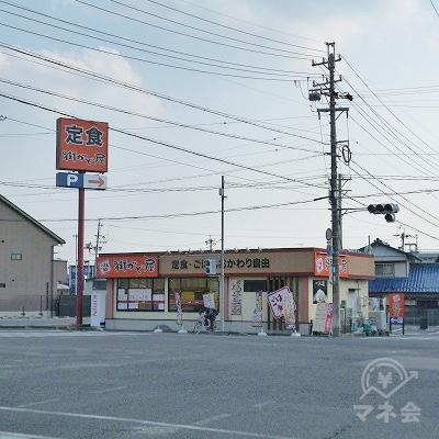 正面に「街かど屋」という定食屋がある大きな交差点を右折します。