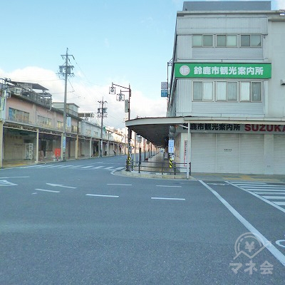 鈴鹿市観光案内所の前の道を、200mほど進みます。